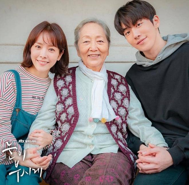 Han Ji Min dep doi ben Nam Joo Hyuk bat chap khoang cach 12 tuoi hinh anh 8