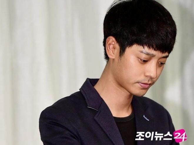 Ngay mai, Seungri va Jung Joon Young bi canh sat trieu tap hinh anh 2