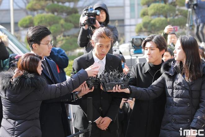 Jung Joon Young bi bua vay khi toi so canh sat de khai ve clip nong hinh anh 9
