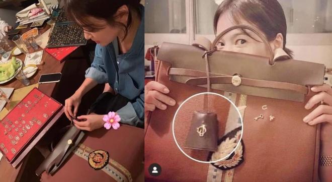 Song Hye Kyo thiet ke tui xach gan ten cua Song Joong Ki hinh anh 1