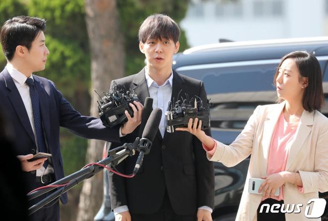 Park Yoochun thoai mai den so canh sat vi cao buoc dung ma tuy hinh anh 1