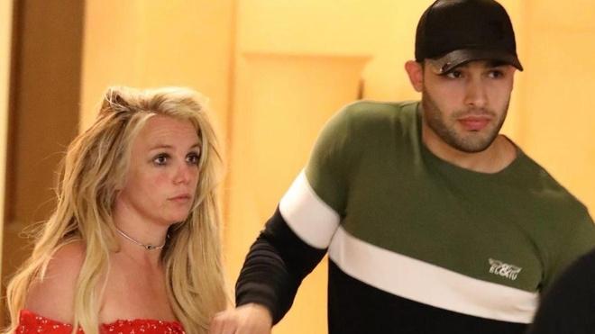 Nghi van Britney Spears bi kiem soat boi chinh cha ruot hinh anh 1