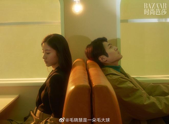 Mới đây hai diễn viên chính của Tân thần điêu đại hiệp bản 2019 đã thực hiện một buổi chụp hình cho tạp chí Harper's Bazaar Trung Quốc. Nếu như Dương Quá - Đồng Mộng Thực được khen ngợi là điển trai thì Tiểu Long Nữ - Mao Hiểu Tuệ lại bị chê là