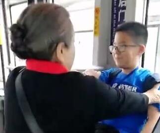 'Dung ma ma' Ly Minh Khai than thien khi di xe buyt hinh anh