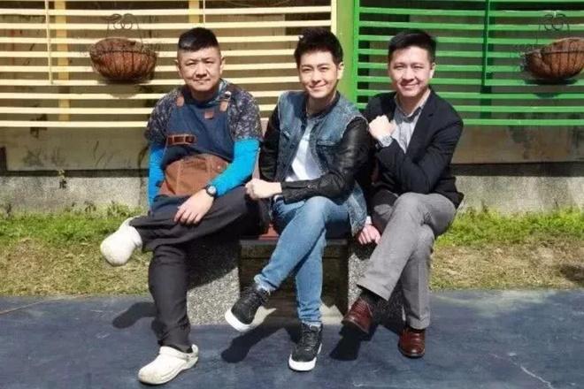 Lam Chi Dinh giau co bac nhat, anh trai vat va ban do an o via he hinh anh 3