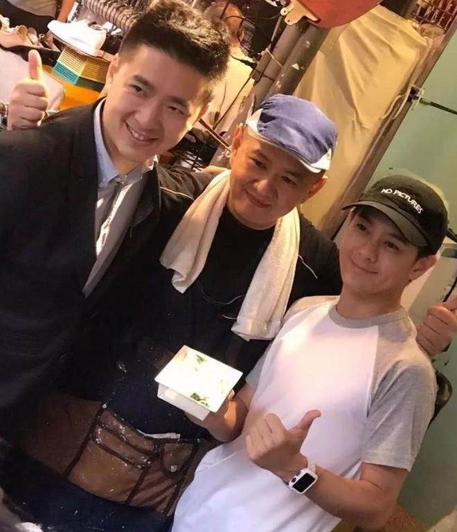 Lam Chi Dinh giau co bac nhat, anh trai vat va ban do an o via he hinh anh 2