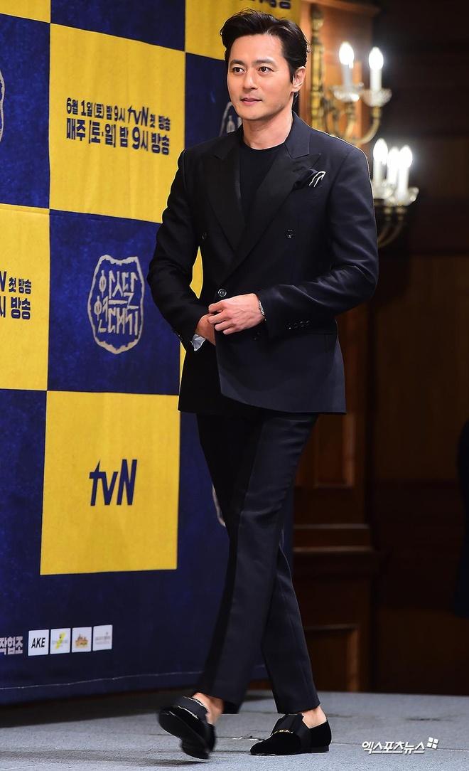Song Joong Ki lien tuc khoac vai, ban tim cung Jang Dong Gun hinh anh 4