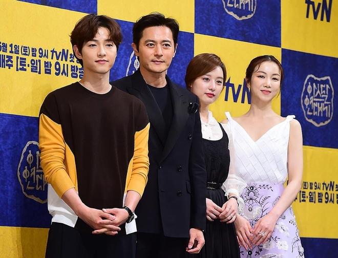 Song Joong Ki lien tuc khoac vai, ban tim cung Jang Dong Gun hinh anh 1