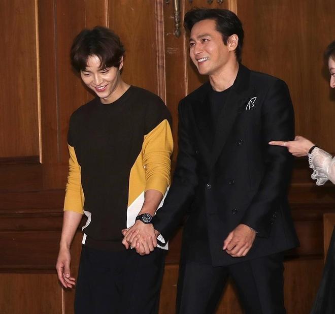 Song Joong Ki lien tuc khoac vai, ban tim cung Jang Dong Gun hinh anh 2