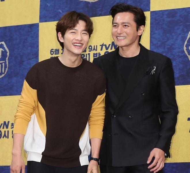 Song Joong Ki lien tuc khoac vai, ban tim cung Jang Dong Gun hinh anh 3