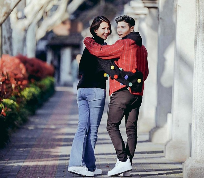 Hoa dan TVB Thai Thieu Phan om hon chong giua pho hinh anh 10
