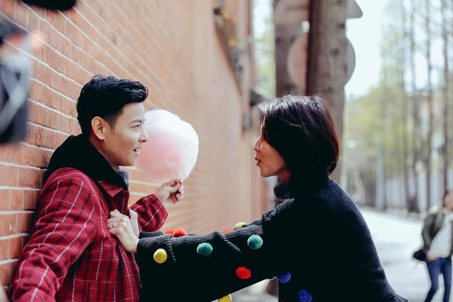 Hoa dan TVB Thai Thieu Phan om hon chong giua pho hinh anh 3
