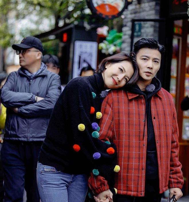 Hoa dan TVB Thai Thieu Phan om hon chong giua pho hinh anh 5