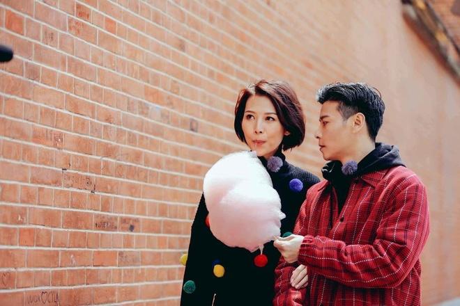 Hoa dan TVB Thai Thieu Phan om hon chong giua pho hinh anh 4