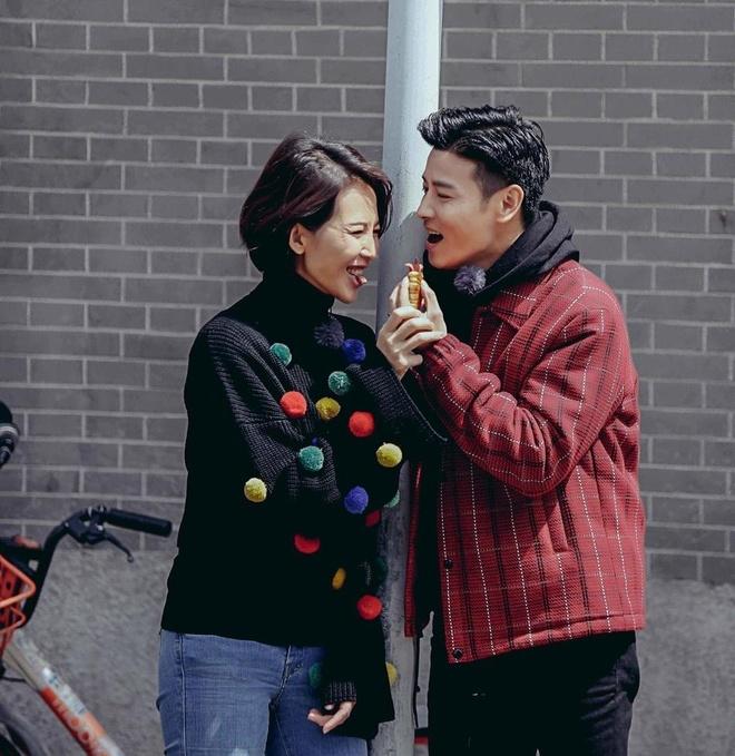 Hoa dan TVB Thai Thieu Phan om hon chong giua pho hinh anh 8