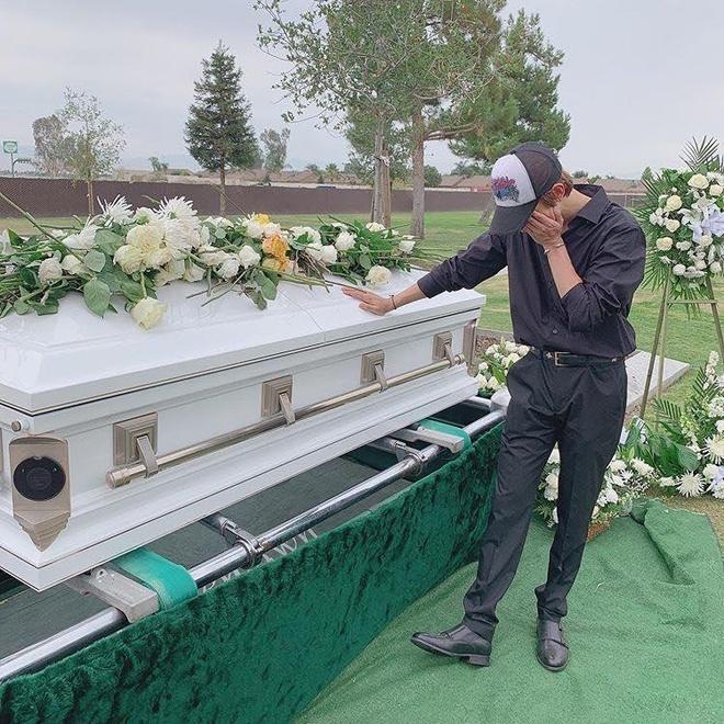 Kim Samuel ôm mặt khóc bên linh cữu cha