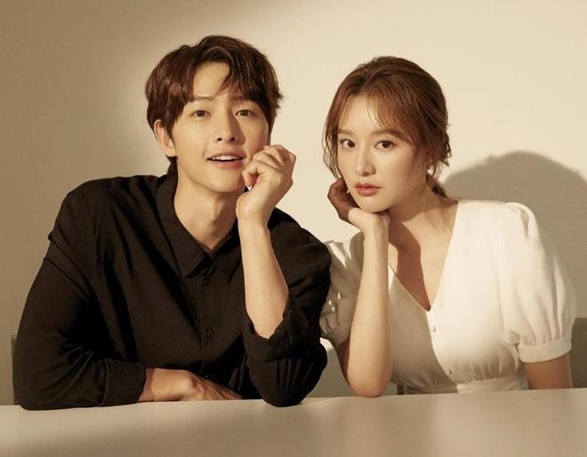 Song Joong Ki ne dung ben 'nguoi tinh tin don' trong bo anh moi hinh anh 1