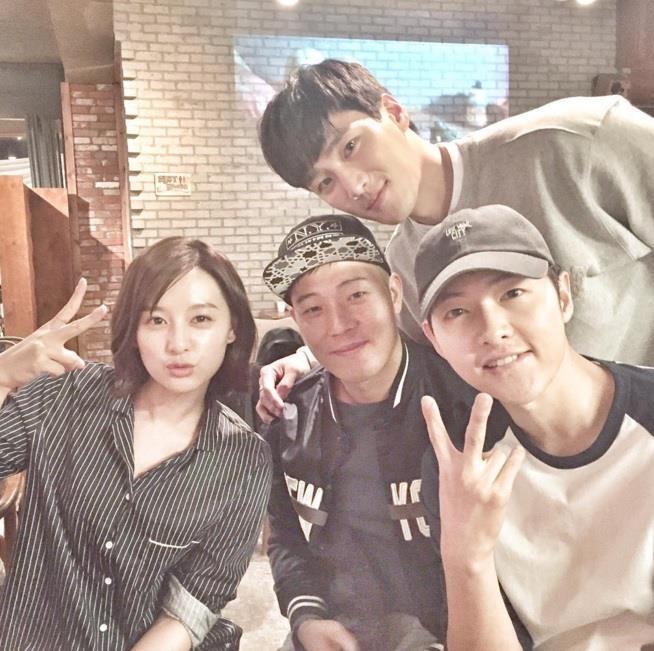 Song Joong Ki ne dung ben 'nguoi tinh tin don' trong bo anh moi hinh anh 5