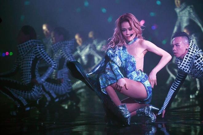 Dung Tổ Nhi chứng tỏ quyền lực, mời nửa showbiz Hong Kong dự show