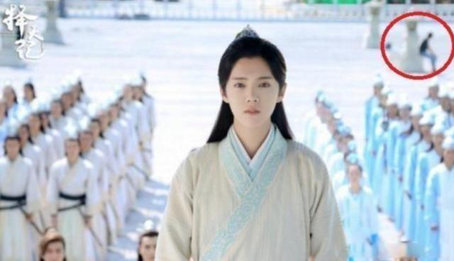 Do vat hien dai 'xuyen khong' trong phim co trang Hoa ngu hinh anh 7