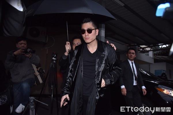 Cha Cao Di Tuong guc nga trong tang le con trai hinh anh 8