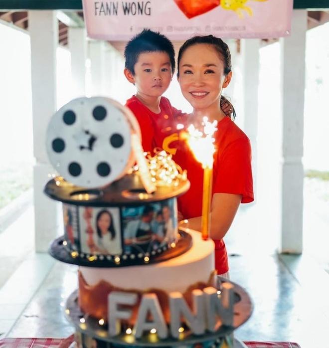 Phạm Văn Phương đưa con trai 5 tuổi Zed theo cùng. Cậu bé hoạt bát và không ngượng ngùng. Zed tự tin thể hiện tài ca hát chúc mừng sinh nhật mẹ và giải trí cho các bà cụ.