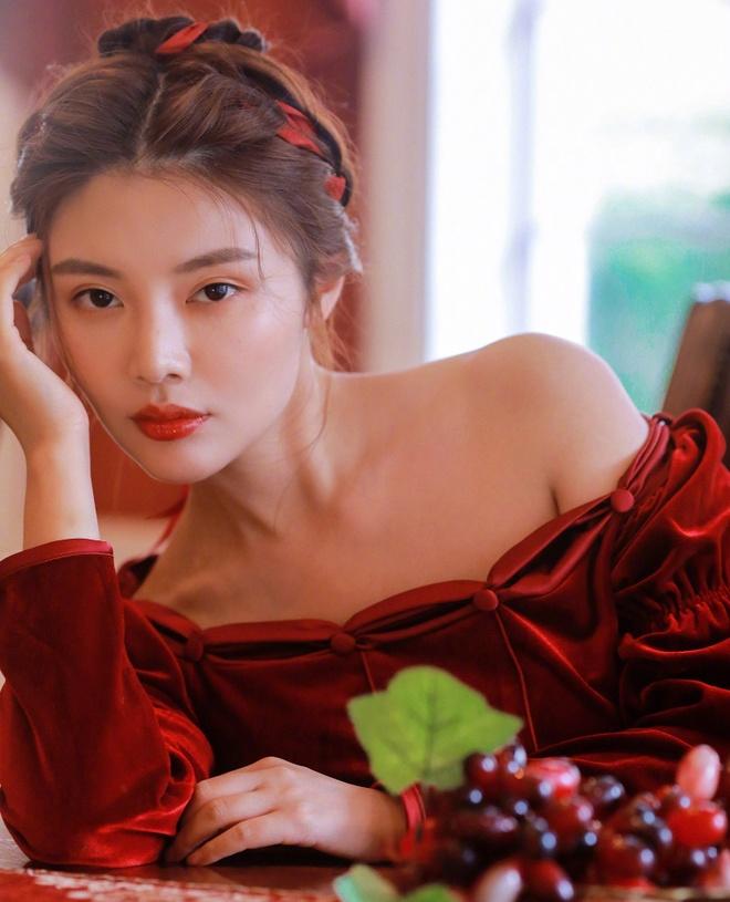 Từ Đông Đông sinh năm 1990 tại Hắc Long Giang, Trung Quốc. Cô tốt nghiệp Học viện Nghệ thuật Quân đội Trung Quốc, khoa diễn xuất và khởi nghiệp từ năm 2000. Cô được biết đến qua các bộ phim như Thần bài 3, Trùm Hương Cảng, Huyết sắc trầm hương, Đại tẩu, Vua mạo hiểm.