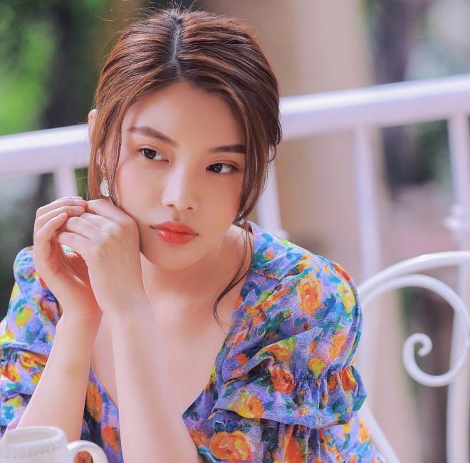 Ngày 14/2, trang Sina đưa tin nữ diễn viên Từ Đông Đông chia sẻ bộ ảnh mới nhất của mình trên trang cá nhân để chúc mừng ngày Lễ Tình Nhân. Khoác lên mình bộ váy hoa nhẹ nhàng, hóa thân thành nữ họa sĩ, người đẹp như mang không khí mùa xuân về.