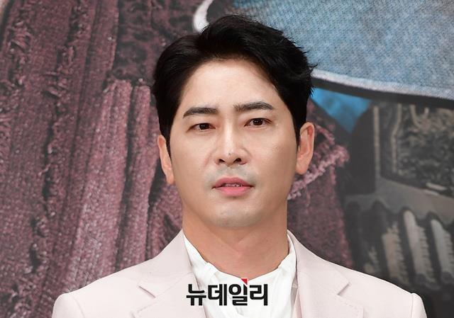 Kang Ji Hwan bi cong ty cat hop dong sau vu hiep dam tap the hinh anh 1