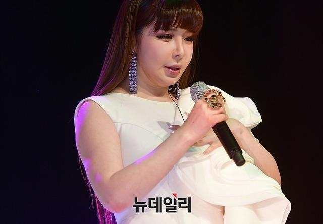 Park Bom (2NE1) tang can trong thay khi xuat hien o san bay hinh anh 3