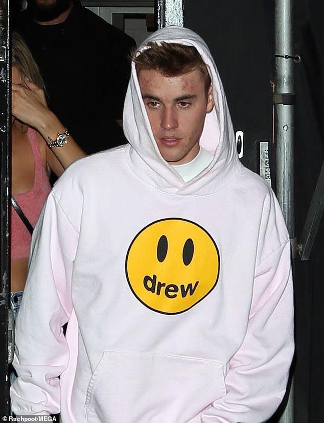 Justin Bieber lo mat mun khi di choi toi cung vo hinh anh 4