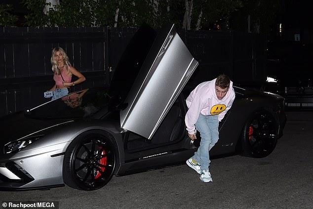 Justin Bieber lộ mặt mụn khi đi chơi tối cùng vợ