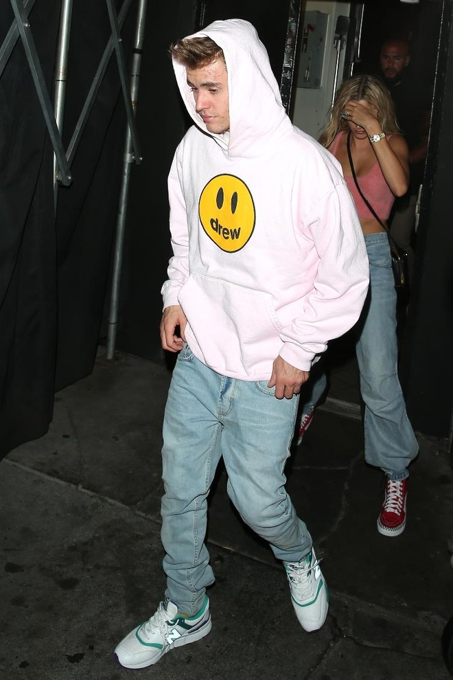 Justin Bieber lo mat mun khi di choi toi cung vo hinh anh 2