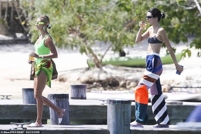 Vợ Justin Bieber khoe dáng trong kỳ nghỉ cùng Kendall Jenner