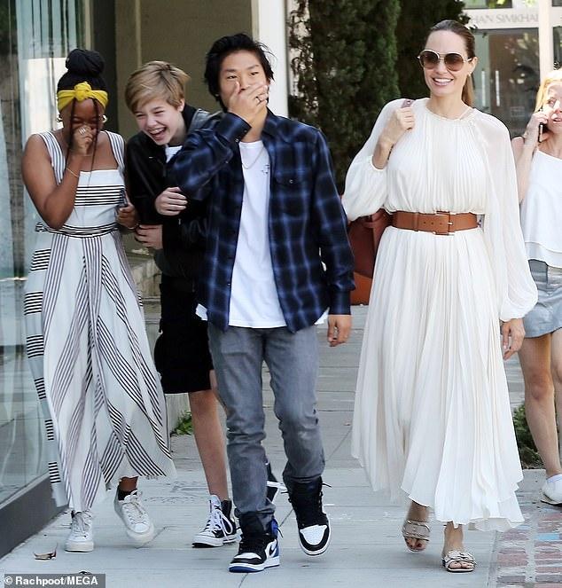 Angelina Jolie van noi chuyen voi chong cu du da ly hon 17 nam hinh anh 2