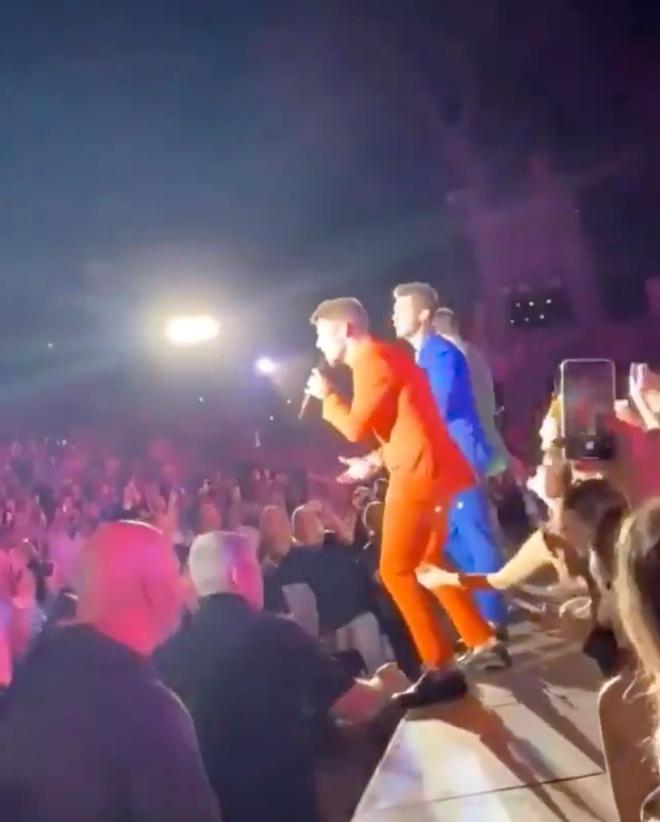 Nick Jonas bi fan nu dung cham khi dang bieu dien hinh anh 2