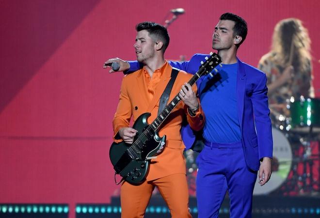Nick Jonas bi fan nu dung cham khi dang bieu dien hinh anh 1