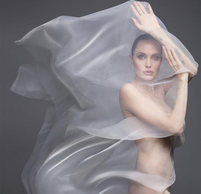 Angelina Jolie chup goi cam anh 1