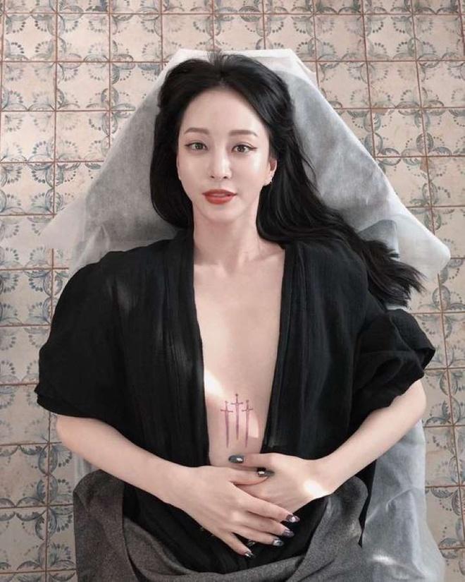 Han Ye Seul khoe hinh xam giua nguc o tuoi U40 hinh anh 2