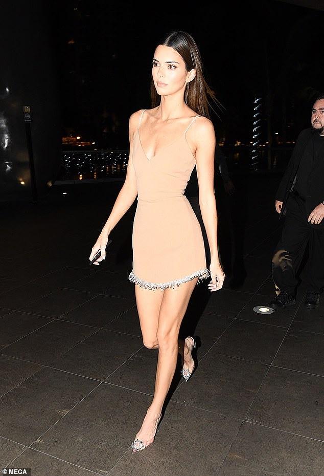 Kendall Jenner mac goi cam di an toi hinh anh 4