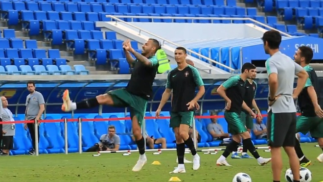 Ronaldo cung dong doi tap luyen truoc tran gap Tay Ban Nha hinh anh