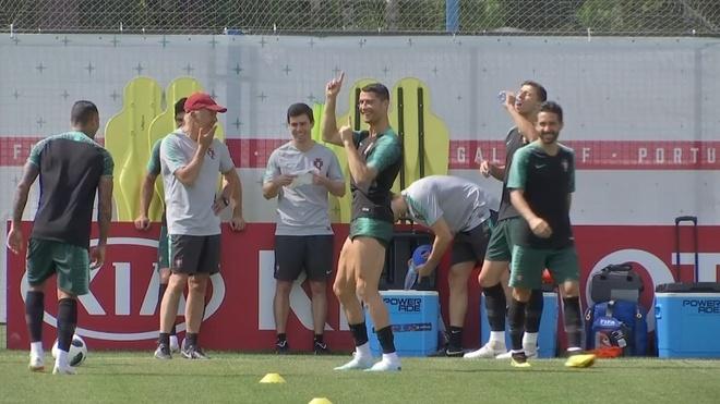 Ronaldo nhay mua tren san tap truoc tran gap Uruguay hinh anh