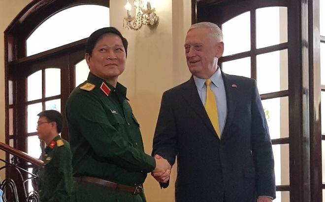 Bo truong Ngo Xuan Lich va Bo truong Mattis gap go tai TP.HCM hinh anh