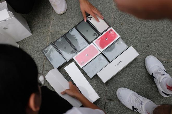iPhone 11 vua ra da duoc mua qua ban lai tren via he o Singapore hinh anh
