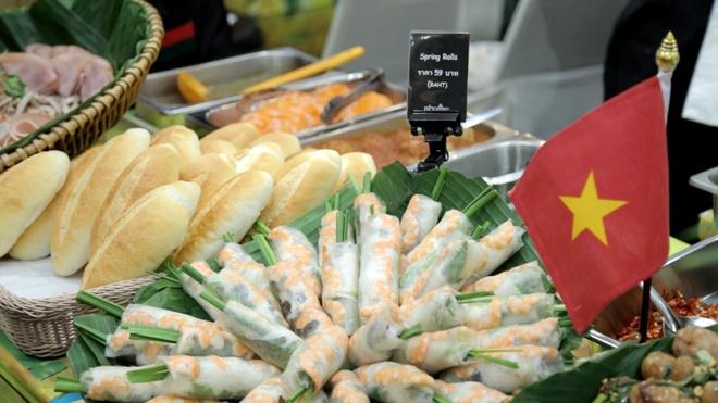 Nguoi Thai Lan thich an banh mi, nem nuong Viet Nam hinh anh