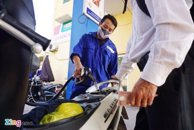 Giá xăng được giữ nguyên sau 5 kỳ giảm liên tiếp