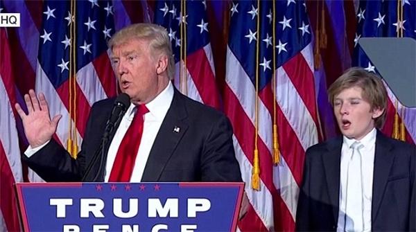 Nhung lan 'gay bao' mang cua cau ut dien trai nha Trump hinh anh 3