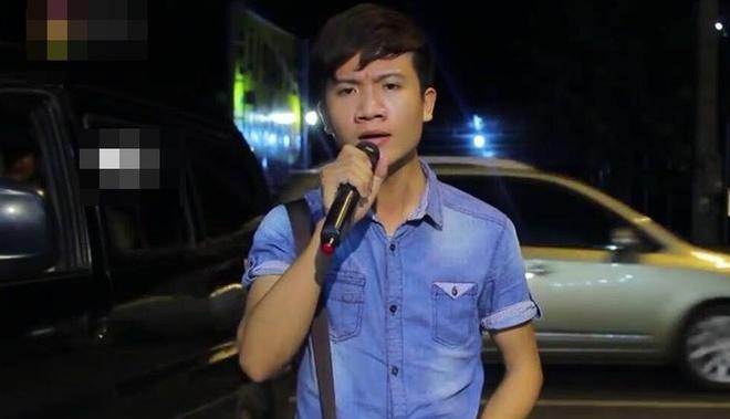Chang trai hat 'Chiec khan gio am' phong cach dan ca Hue hinh anh 2