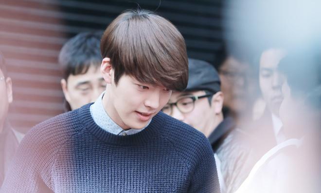 Dan mang bang hoang truoc tin Kim Woo Bin bi ung thu vom hong hinh anh 1