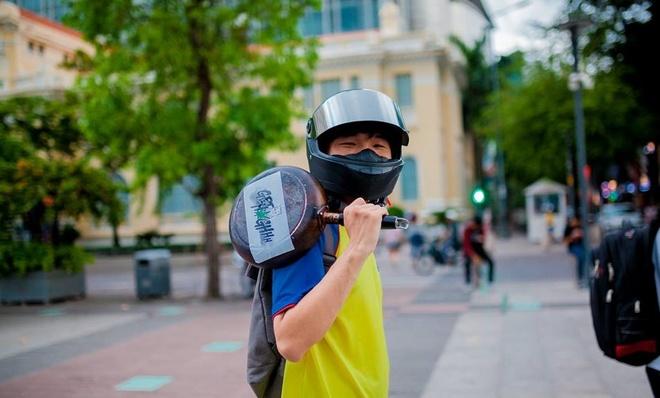 Tranh cai viec hang tram ban tre cam chao o pho di bo Nguyen Hue hinh anh 7